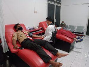 Peserta Bulan Bakti Melakukan Donor Darah