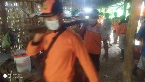 Bersama relawan lainnya ikut serta membersihkan material longsor